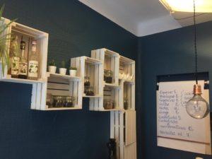 Półki nad barem w Nota Bene